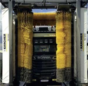 Camion entre les rouleaux de lavage automatique